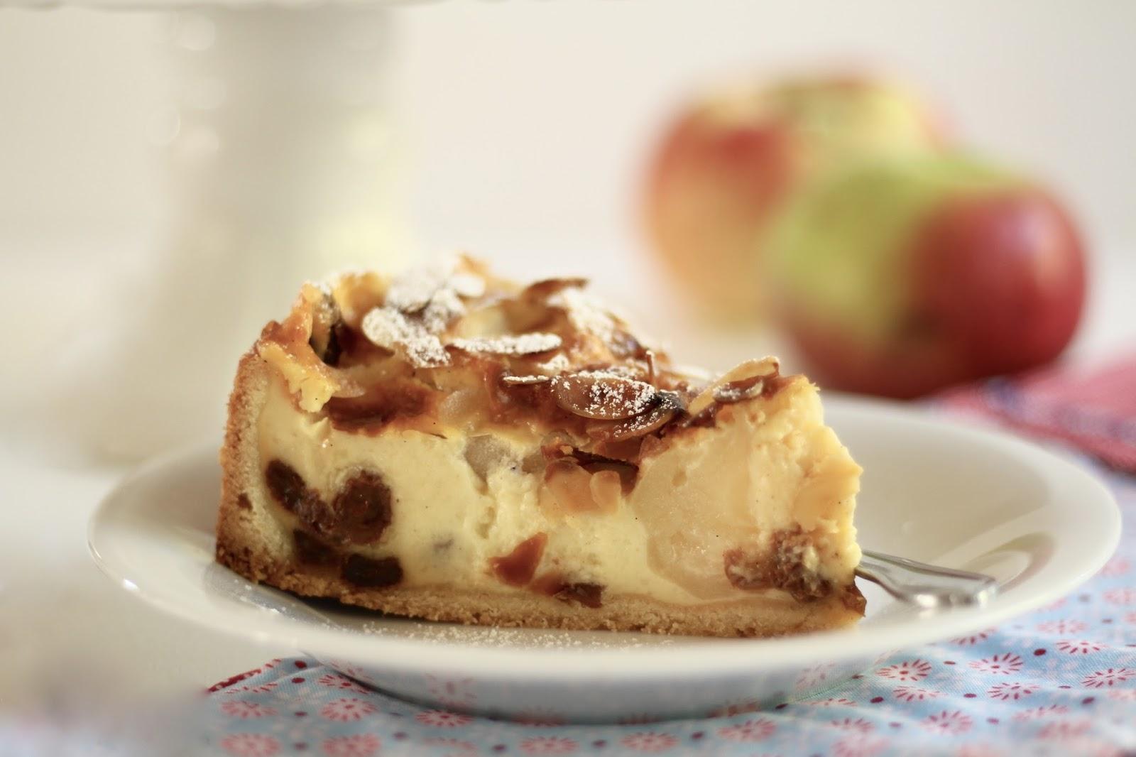 Bratapfelkuchen mit knusprigen Mandeln und Vanillepudding