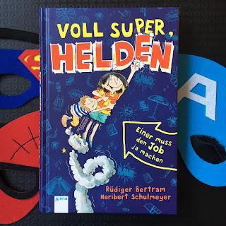 """""""Voll super, Helden - Einer muss den Job ja machen"""" von Rüdiger Bertram, illustriert von Heribert Schulmeyer, erschienen im Arena Verlag, Kinderbuch ab 8 Jahren, Rezension auf Kinderbuchblog Familienbuecherei"""