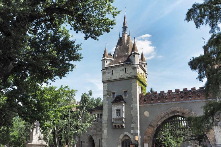Château de Vajdahunyad dans le parc de Városliget à Budapest