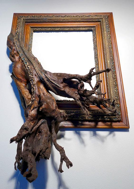 Ramas trenzadas de árbol fusionadas con adornados marcos de cuadros antiguos