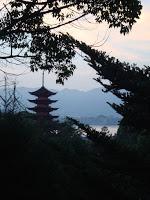 la pagoda controluce vista dal parco