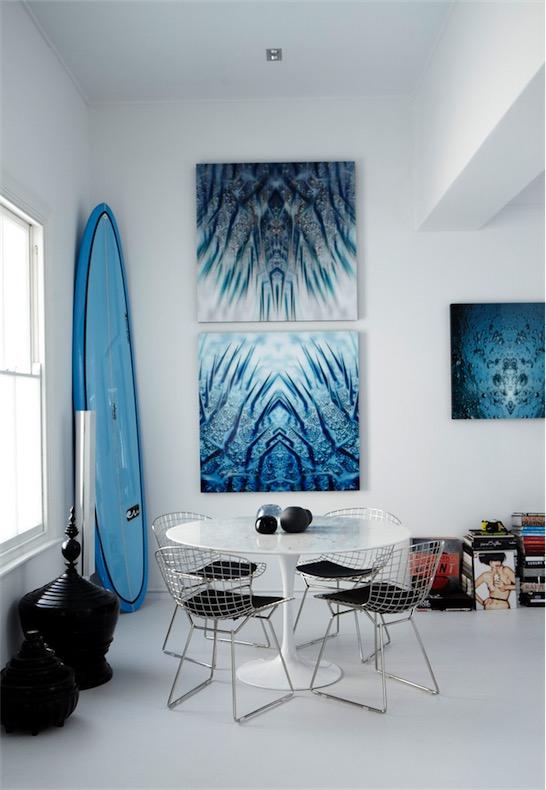 casa minimalista decorada en tonos azules y negros