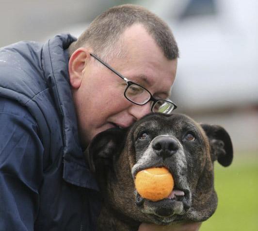 Se quedaron sin casa y caminaba 8 kilómetros diarios para ver a su perro