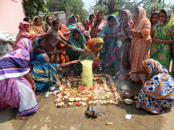 Women performing Mangala puja - PIC - DNA