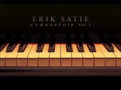 Teclado de piano com arte Erik Satie