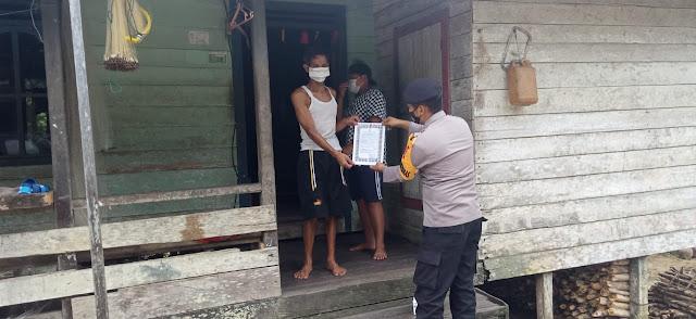 Bripka Ari Dedi Sosialisasikan Maklumat Kapolda Kalteng Di Desa Benuatan