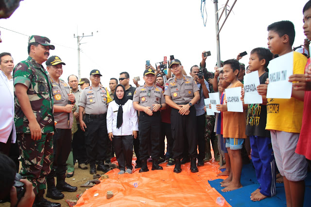 Kapolri Bersama Panglima TNI Temui Korban Banjir di Konawe Utara Sultra