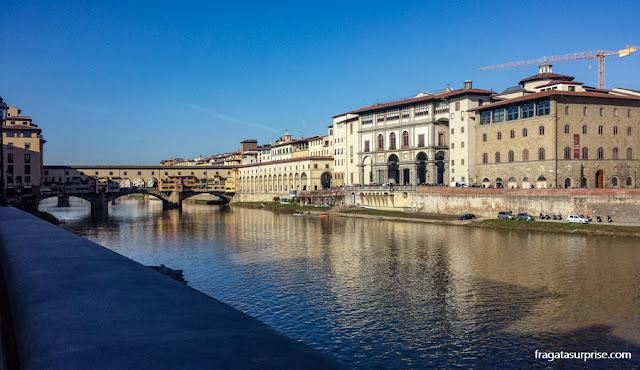 O Rio Arno em Florença e Ponte Vecchio