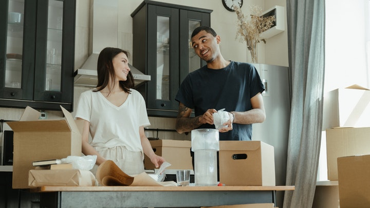 Baru Berumah Tangga? Coba Deh Trik Membagi Tugas Rumah Dengan Suami Berikut