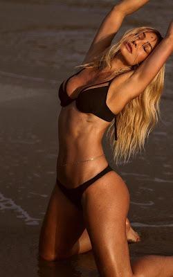 Sabrina Sato posa de biquíni na praia inteiraça