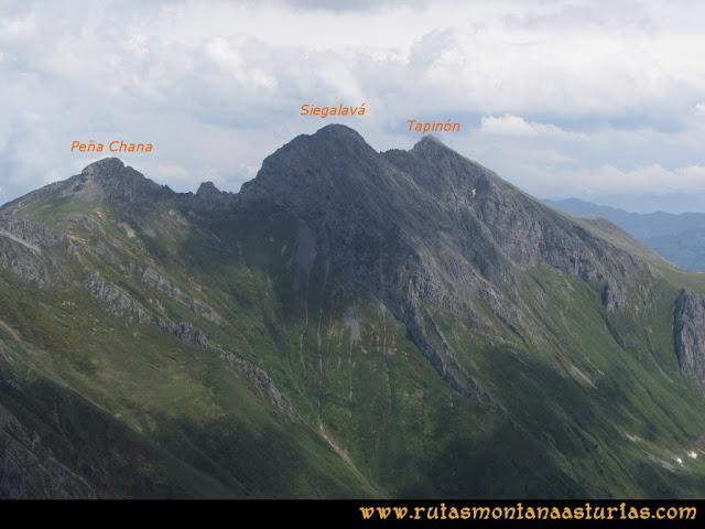 Ruta Peña Cerreos y Ubiña Pequeña: Vista de Peña Chana, Fariñentu y Tapinón desde Peña Cerreos