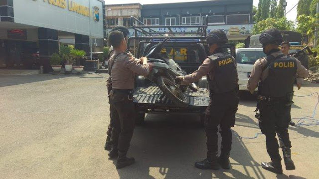 Barang bukti motor terduga penyerang pos polantas di Paciran Lamongan yang diamankan polisi, Selasa (20/11/2018)