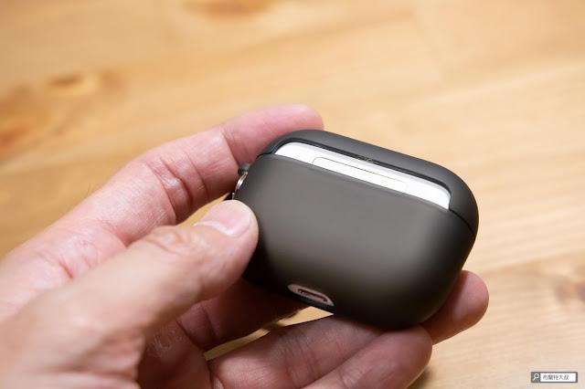 【開箱】AirPods Pro 貼身侍衛,CaseStudi Explorer 系列充電盒保護殼 - 背面有部分裸空,但其實不太會和其他物品碰撞的