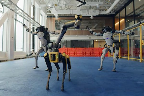 بوسطن ديناميكس تنشر فيديو مثير لروبوتاتها