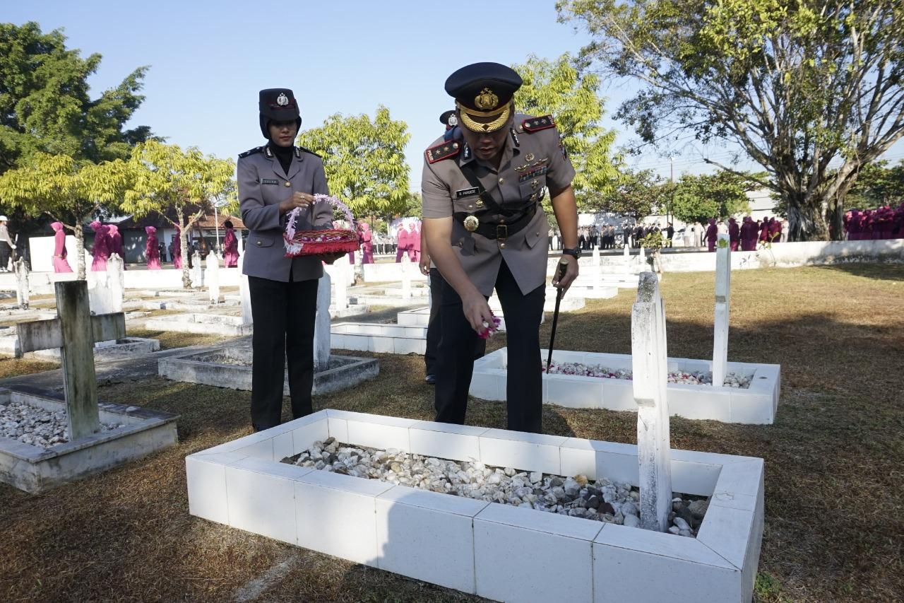 Peringati Hari Bhayangkara, Polres Kebumen Gelar Tabur Bunga di TMP Bumi Wira Bhakti