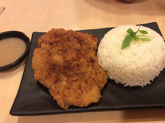 Yoshinoya's new Big Chicken comes at Php 145, with steamed rice and free red iced tea. It is like a large fillet (or do they call it butterfly) of crispy chicken. I also like the gravy.