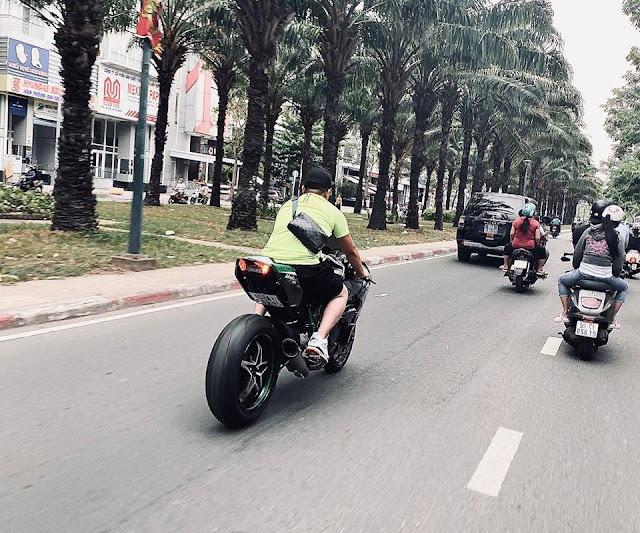 Nguyễn Sin chạy xe phân khối lớn không đổi mũ bảo hiểm, còn thách thức CA?