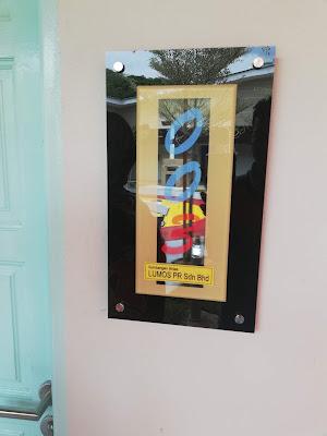 Rumah Ronald McDonald Hospital USM Ringankan Beban Keluarga Pesakit Kanak- Kanak di Kelantan | Sekali lagi AM berpeluang untuk menjejak kaki di Rumah Ronald McDonald di USM selepas Majlis Gotong Royong untuk menyambut tetamu di Rumah Ronald McDonald. Kini Rumah Ronald McDonald telah pun beroperasi dan dapat meringankan beban keluarga pesakit kanak-kanak yang mendapat rawatan di USM khususnya dan mana-mana hospital yang terdekat di Kota Bharu amnya.  Sejarah tercipta lagi buat warga Kelantan apabila Persatuan Kebajikan Ronald McDonald (RMHC Malaysia) telah memilih dan membina Rumah Ronald McDonald atau singkatanya dalah RRM di Hospital Universiti Sains Malaysia (Hospital USM), Kubang kerian, Kelantan hasil sumbangan pelbagai pihak.  Rumah penginapan semnetara ini dapat memenuhi keperluan keluarga pesakit pediatric disamping meringkan beban kewangan ketika anak mereka menjalani rawatan di Hospital USM dengan kos penginapan yang amat berpatutan dan tidak ada mana-mana penginapan yang seperti RRM iaitu RM5 sahaja untuk satu malam. Rumah Ronald McDonald Hospital USM Ringankan Beban Keluarga Pesakit Kanak- Kanak di Kelantan  Pada permulaan AM mendengar kos penginapan hanya RM5, AM sendiri tidak dapat bayangkan dengan kos sebanyak itu dapat menampung kesemua kos yang perlu di tanggung oleh pihak RRM tetapi perancangan pihak RRM lebih baik daripada pandangan AM. Kesemua kos untuk menampung Rumah Ronald McDonald adalah sumbangan dari semua pihak dari pihak pembekal dan juga sumbangan orang ramai.