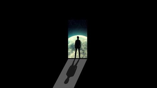 Silhueta de homem olhando o infinito. #PraCegoVer