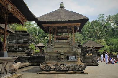 Melukat di Pura Tirta Empul, Bali