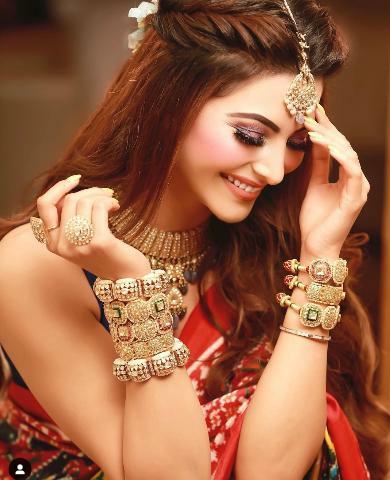Urvashi Rautela पहनती हैं Nita Ambani से भी महँगी साडी, अभिनेत्री 58,75,500 रुपए की गुजराती पटोला साडी में आईं नज़र