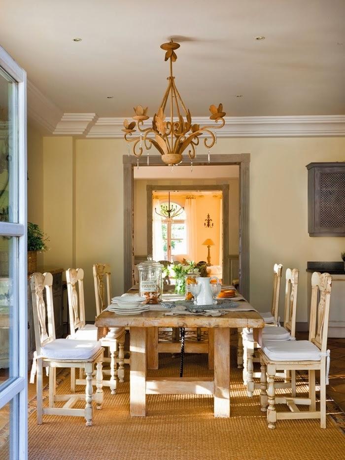 Dom w Hiszpanii z turkusowymi okiennicami, wystrój wnętrz, wnętrza, urządzanie domu, dekoracje wnętrz, aranżacja wnętrz, inspiracje wnętrz,interior design , dom i wnętrze, aranżacja mieszkania, modne wnętrza, styl francuski, styl rustykalny, jadalnia, vintage, stary stół, stare krzesła