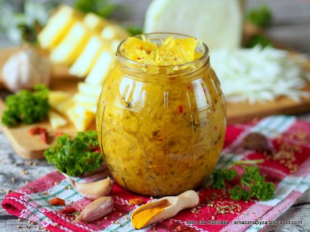 kiszonki, salatka z kapusty, domowe przetwory, fermentacja, witaminy, bomba witaminowa, kiszone warzywa, ananas, wyroby domowe, zrob to sam, kisimy kapuste, jaki kisic kapuste, kurkuma, zolta kapusta