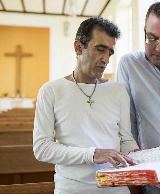 Zonoobi, marceneiro iraniano de Shiraz, chegou na Alemanha com sua mulher e dois filhos. Meses depois ficou cristão.