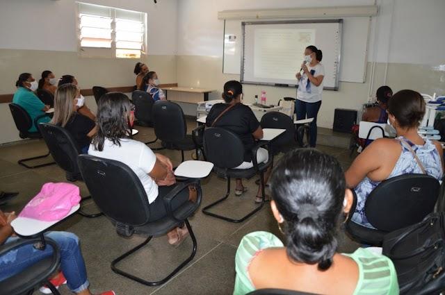 Auxiliares de serviços gerais e merendeiras em capacitação de biossegurança para possível volta às aulas