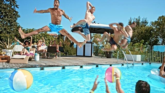 adolescent-fete-anniversaire-piscine