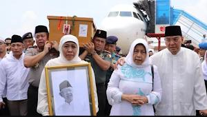 Gubernur Jawa Timur  Khofifah Sambut Jenazah Gus Sholah di Bandara Juanda