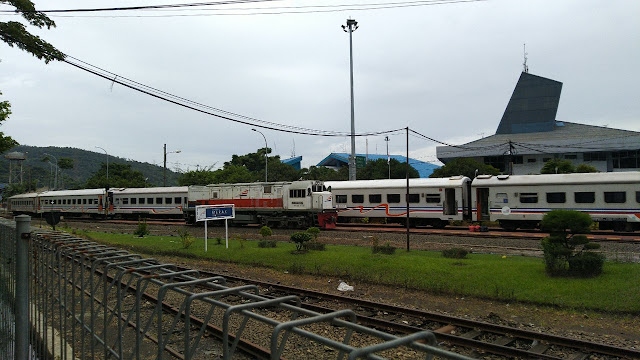 Langsiran lokomotif KA Lokal Merak