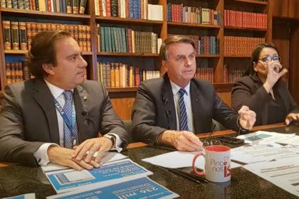 Durante a Live Semanal na noite da quinta-feira (16), o presidente da República Brasileira Jair Messias Bolsonaro afirmou que apenas Deus pode tirá-lo da cadeira presidencial.