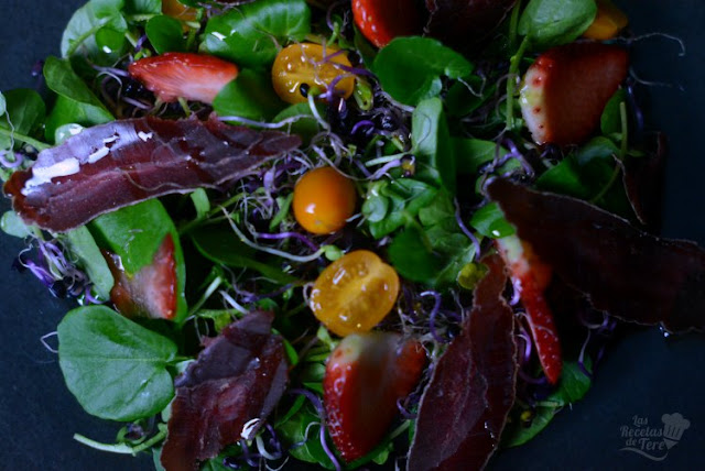 Ensalada de berros con brotes, tomates cherry y cecina de ciervo.
