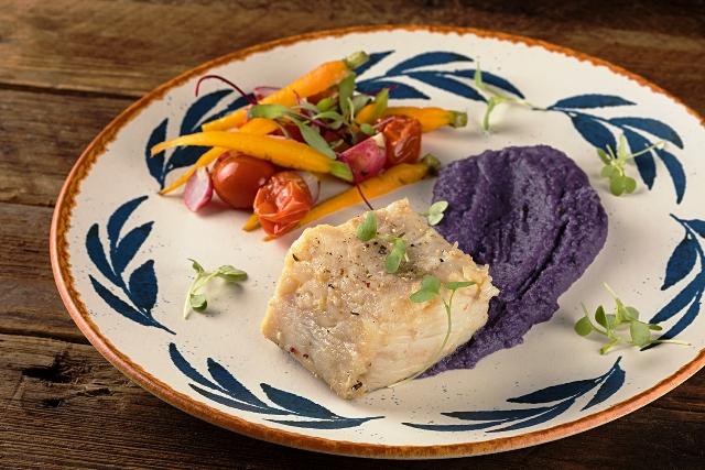 Mousseline de batata doce com posta de bacalhau e legumes confit. Foto crédito Rodrigo Azevedo