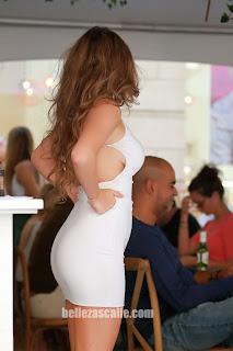 Bella chava vestido entallado trasero redondo