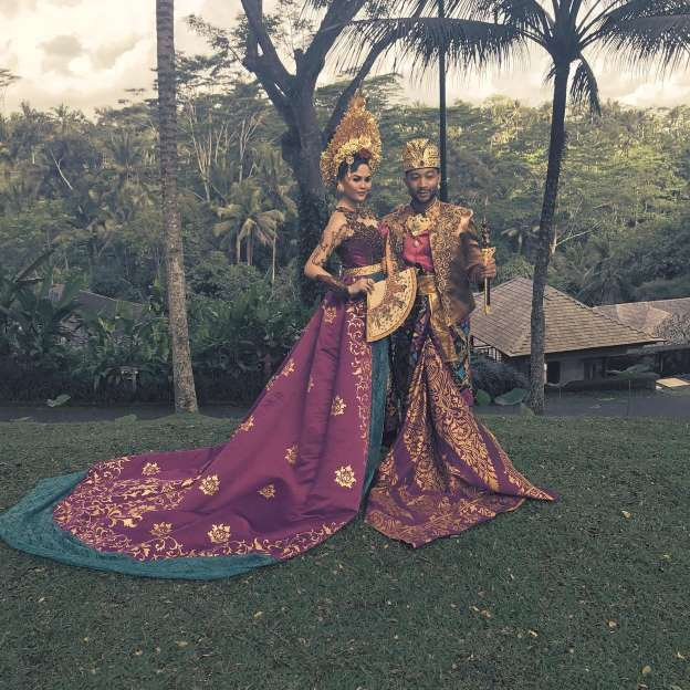 Photos: Chrissy Teigen Stuns in Traditional Bali Clothing in Indonesia With John Legend and Luna