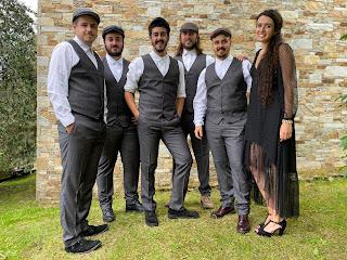 Músicos como Bieito Romero, Javier Cedrón e Víctor Iglesias, ademais dos bailadores Xiao Mogín e Nacho Couselo, acompañarán ao grupo na estrea ao vivo do seu álbum debut