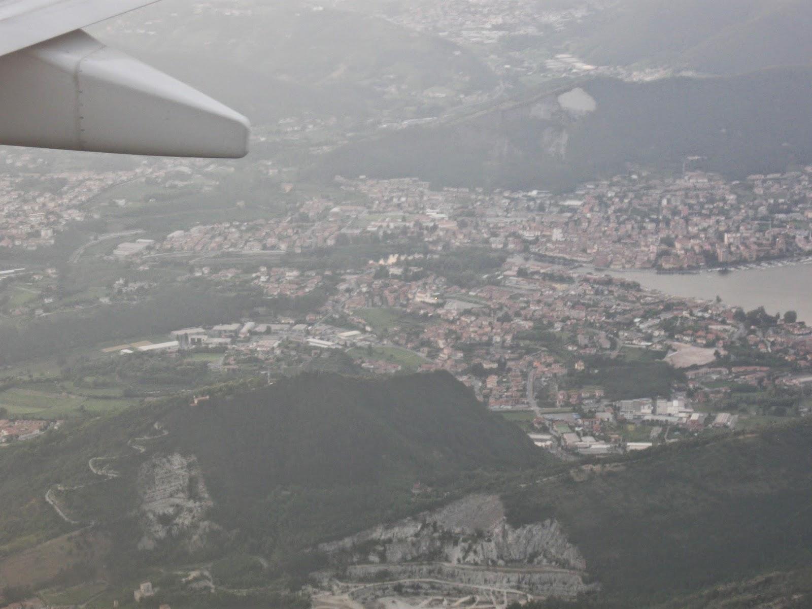 Bergamo widok z samolotu przez okno