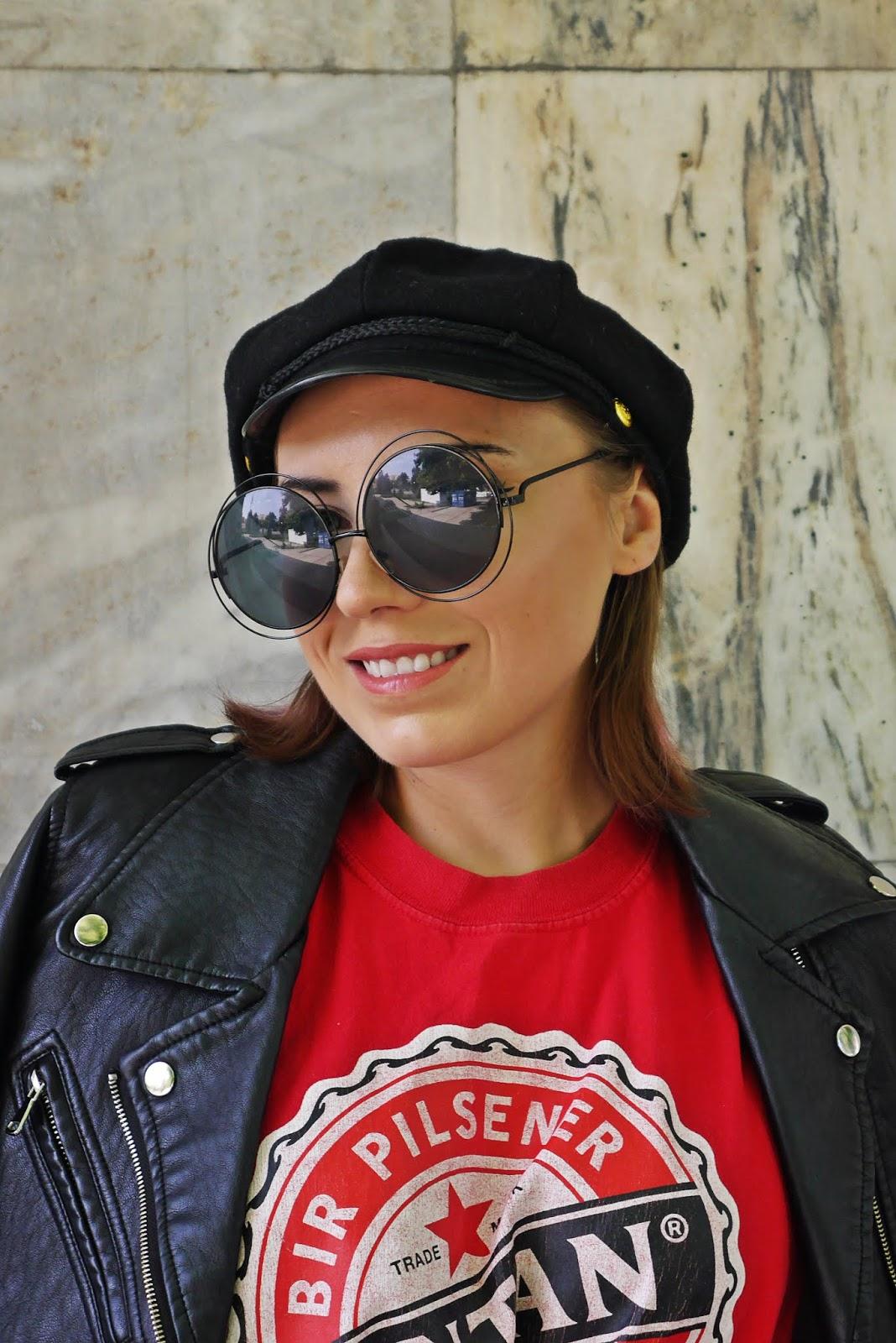 czarna czapka z daszkiem czerwony t-shirt z nadrukiem karyn blog modowy