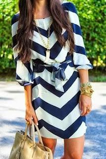Vestido para o verão - vestido curto branco e azul com cinto incluído e mala bege
