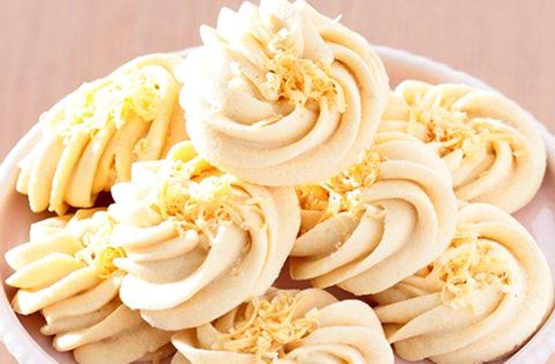 Membuat Kue Semprit Sagu Kacang Almond Toping Keju, Kue Wajib Saat Hari Raya