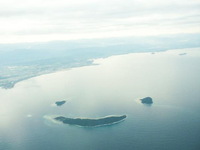 Những hòn đảo Manukan, Mamutik và Sulug ở Malaysia khi nhóm lại với nhau sẽ tạo thành một hình đặc biệt. Nếu bay ngang qua 3 dòn đảo này, du khách sẽ nhìn thấy hình biểu tượng mặt cười khá dễ thương. Đây là ba trong số năm hòn đảo của công viên quốc gia Tunku Abdul Rahman nằm ngoài khơi Kota Kinabalu.