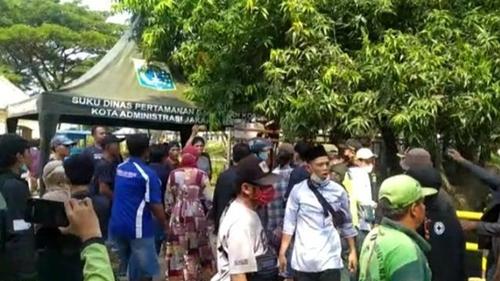 Anies Larang Ziarah Kubur, Peziarah Ini Ngamuk: Makam Tutup, Mal Malah Dibuka!