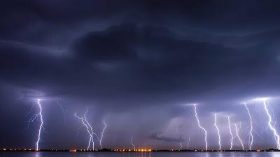 صوت الرعد او المطر الشديد