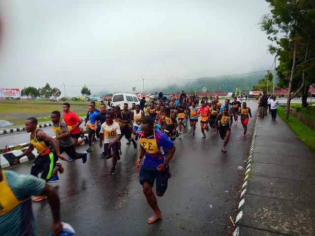 Sambut HUT RI, Satgas Kostrad Ikuti Lomba Lari 5 K di Kota Mulia