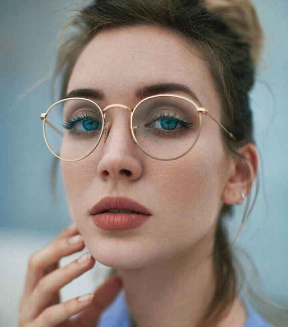 Se você ama maquiagens e usa óculos, vai amar essas ideias incríveis que vão combinar perfeitamente com você. A maquiagem pode te dar um charme incrível e o óculos vai deixar tudo ainda mais lindo. Máscara de cílios e delineado ficam perfeitos em quem usa óculos, te deixando ainda mais maravilhosa.