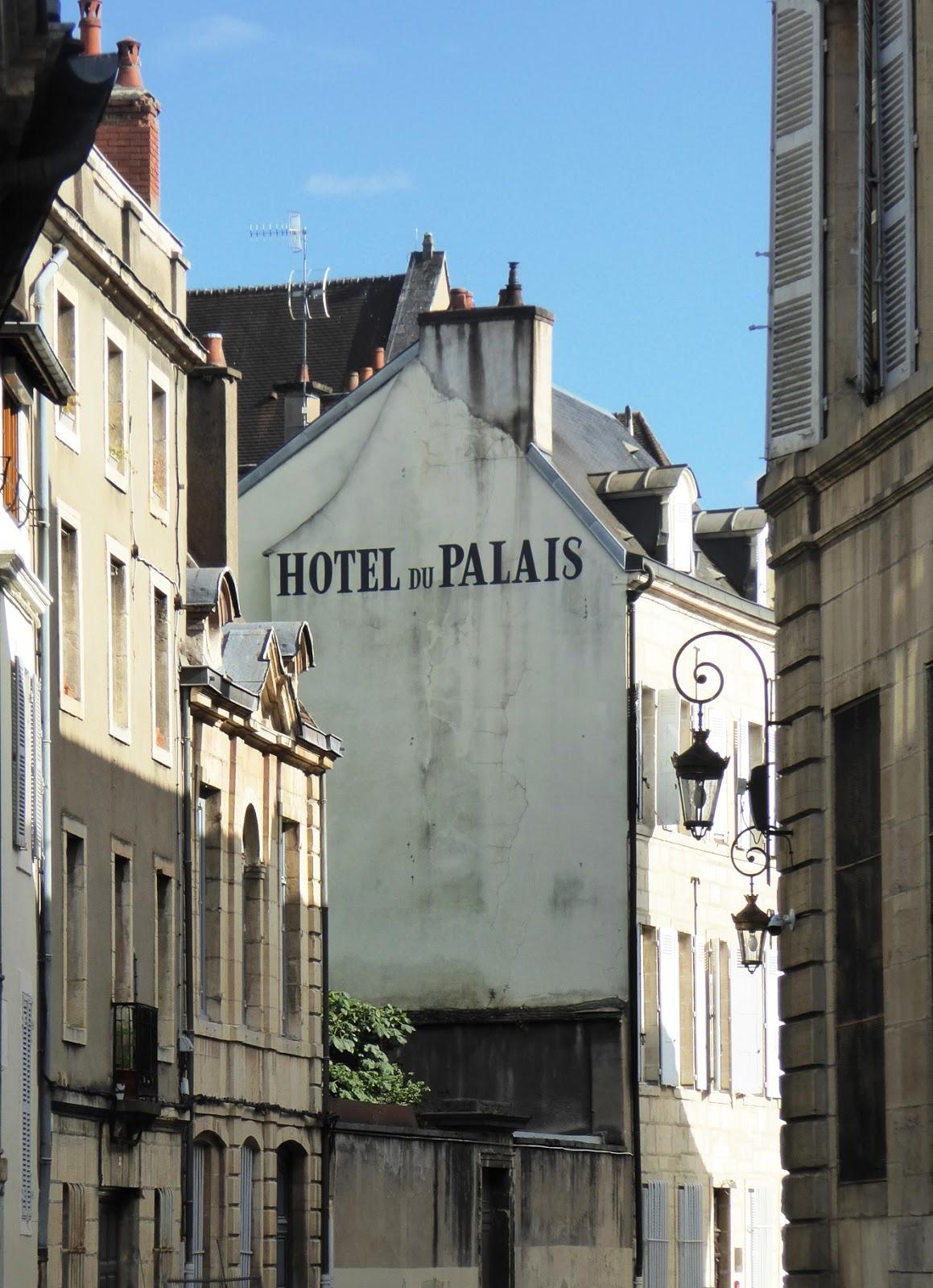 des signes sur les murs hotel du palais. Black Bedroom Furniture Sets. Home Design Ideas