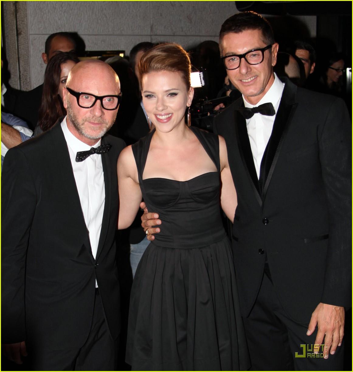 Scarlett Johansson posa per un fotoset con Domenico Dolce e Stefano Gabbana  al party 400ef13ca60
