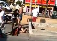 Dos Chicas son Macheteadas en Plena Calle